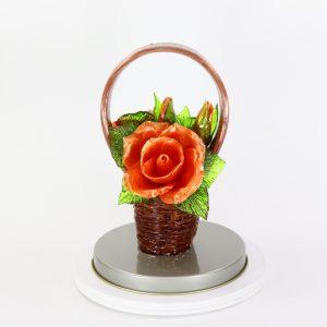 Карамельная Корзинка с розами пылко-оранжевыми в тубе