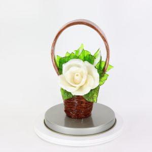 Карамельная Корзинка с розами цветочно-белыми в тубе