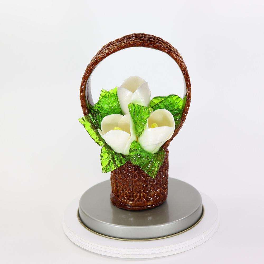 Карамельная Корзинка с тюльпанами цветочно-белыми в тубе