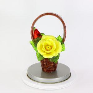 Карамельная Корзинка с желтой розой, долькой арбуза и ягодами в тубе