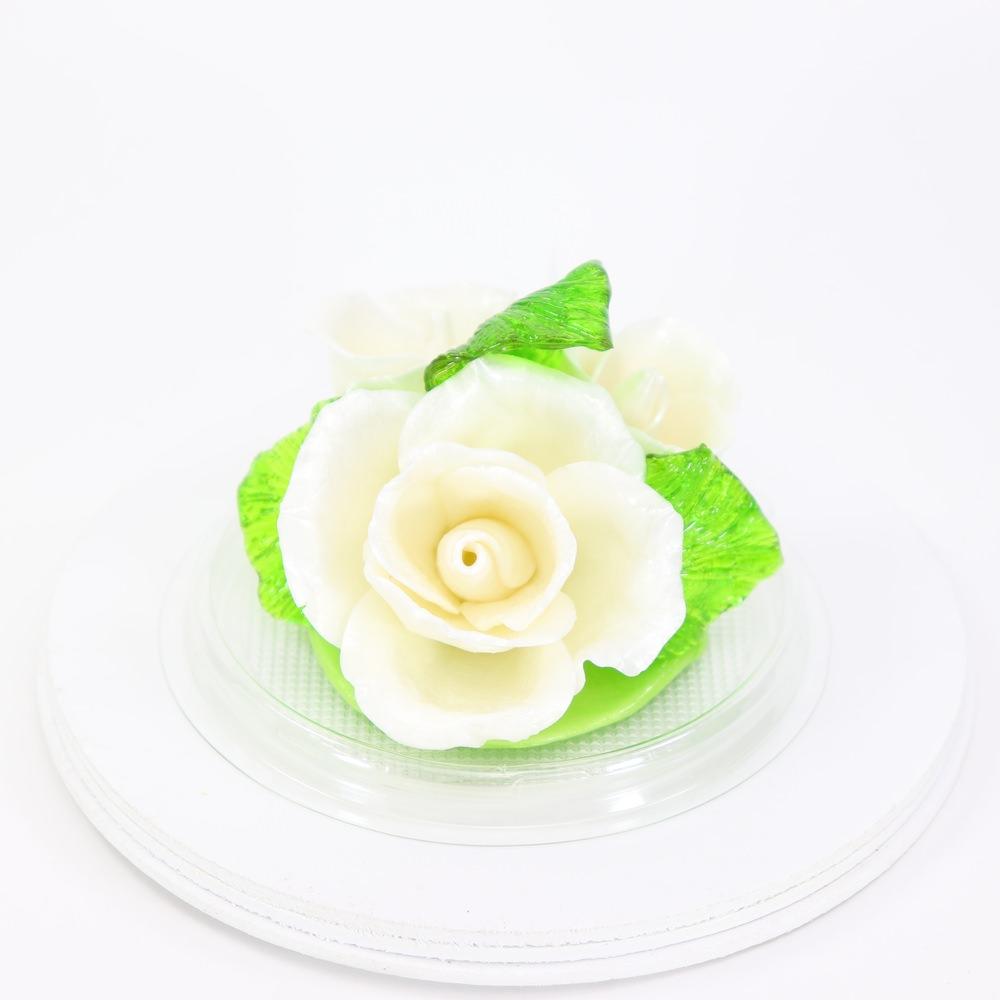 Карамельная Роза маленькая цветочно-белая в полусфере